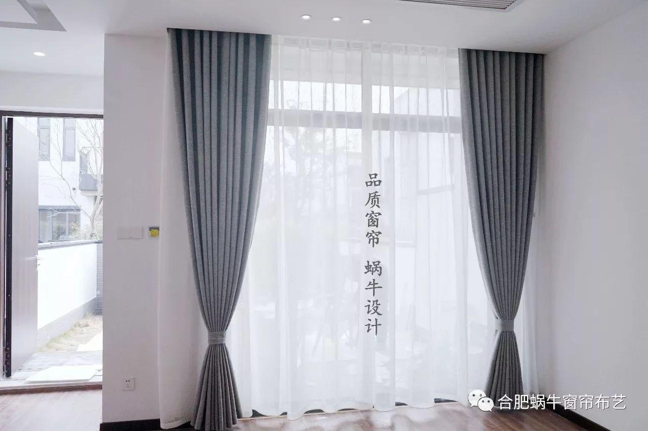 一楼大厅选择的就是北欧风中最经典的灰色,灰色窗帘显得内敛低调,它