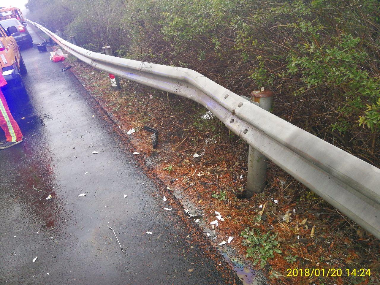 小轿车高速路上撞护栏横在车道 过路司机纷纷下车帮忙救援