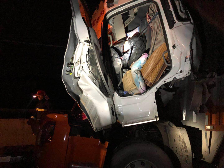 赣州大余 两车大型货车高速路上追尾一驾驶员被困