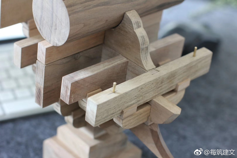 斗拱是中国古代木结构建筑中的一种支承构件,方形木块