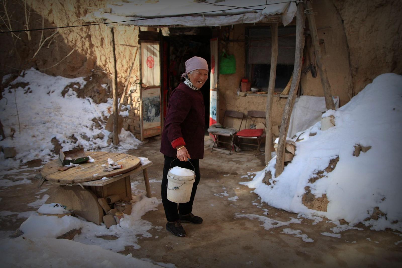 农村82岁老奶奶在地坑院子里收集雪水吃,背后有故事图片