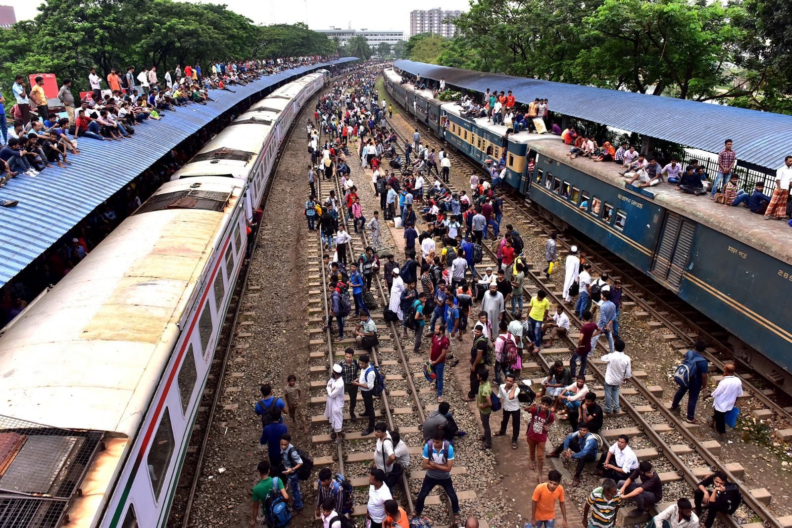 孟加拉国宰牲节返乡大潮 火车顶坐满人