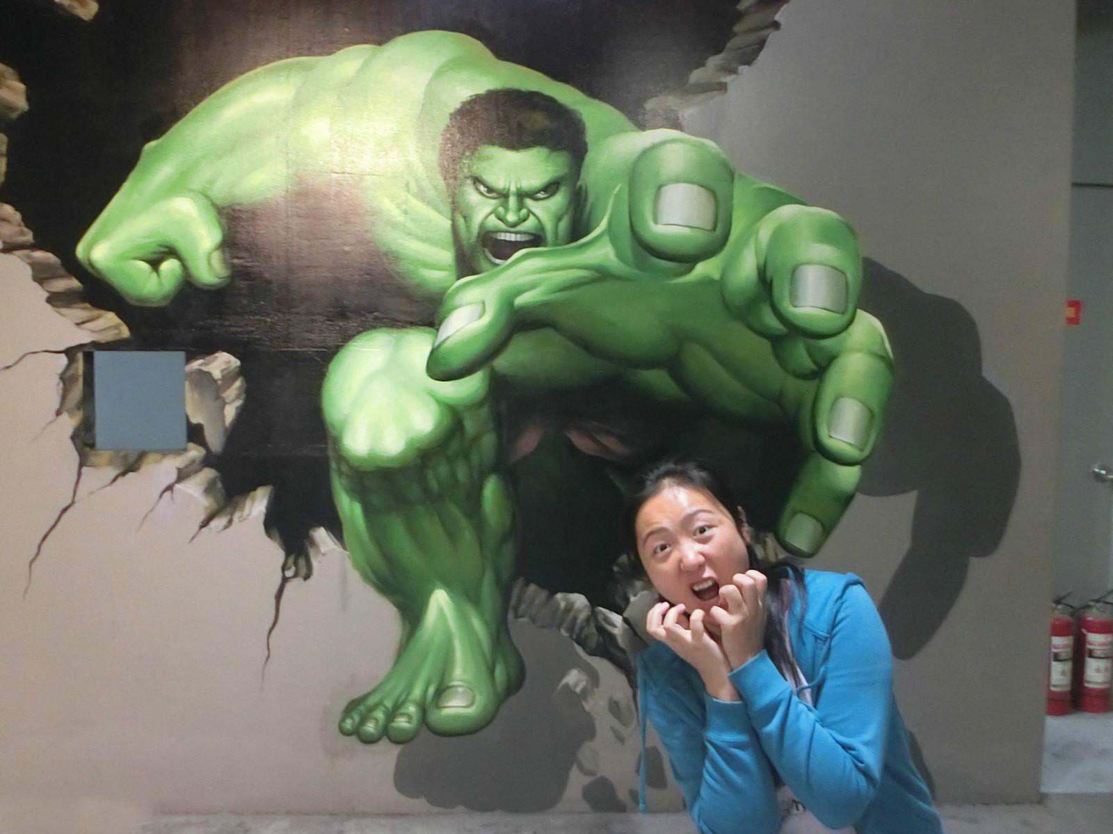 绿巨人魔爪伸向姑娘,她表情满分哦.整体感觉酷炫感十足啊.图片