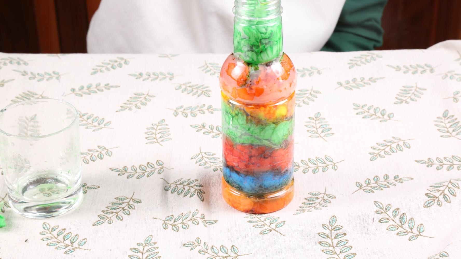 空瓶子废物利用_姑娘用空瓶子做个彩虹瓶, 摆在书架上真好看, 废物利用又省钱