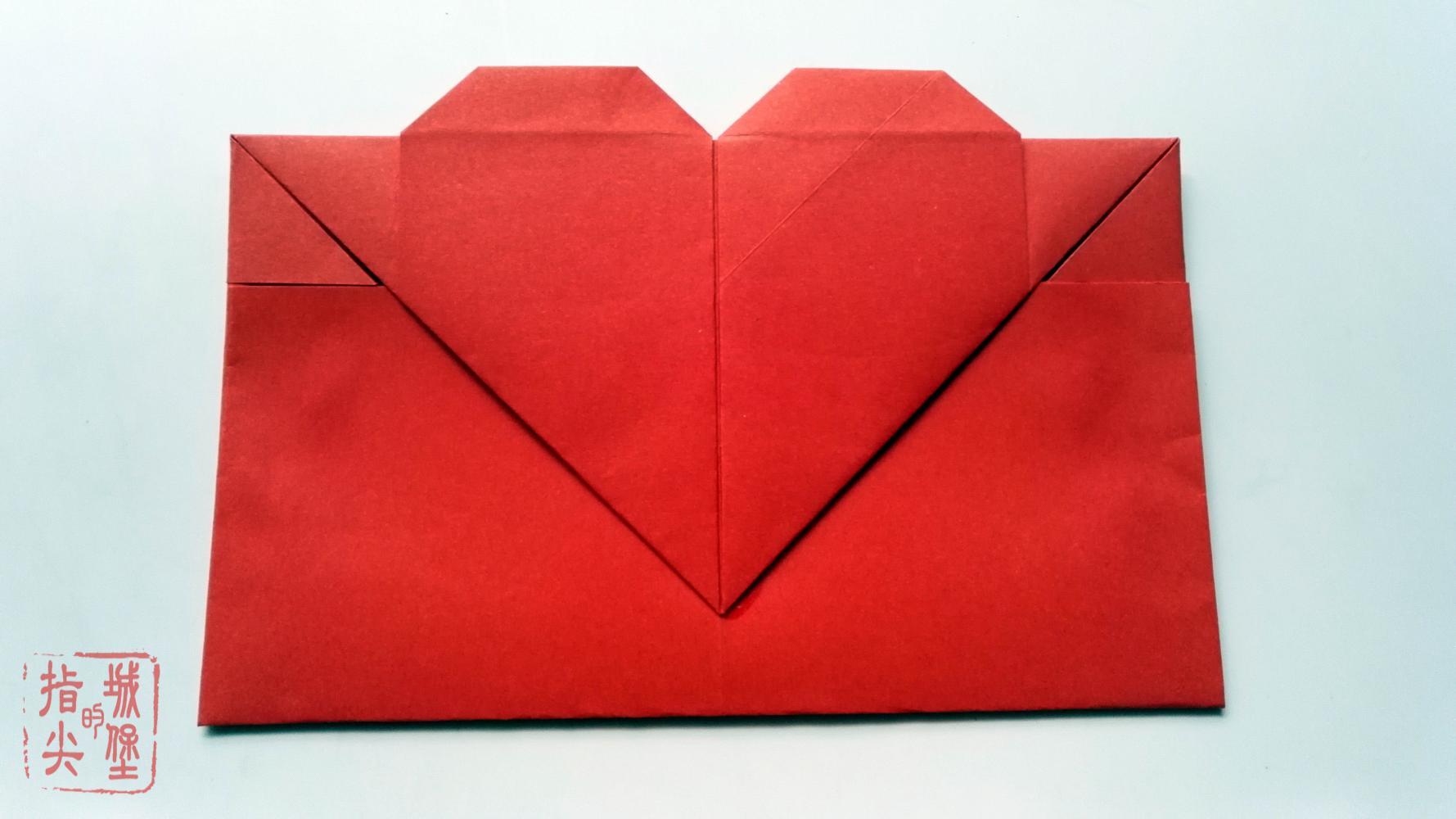 把写好的信纸放到里面的袋里,最后用胶水把爱心粘到信封上就可以了,是不是挺简单的呢?大家可以换个彩色的长方形纸,因为大红色用来教程还可以,送人的话,不是太好吧! 亲们需要A4信纸的,可以看下上面的链接哦!