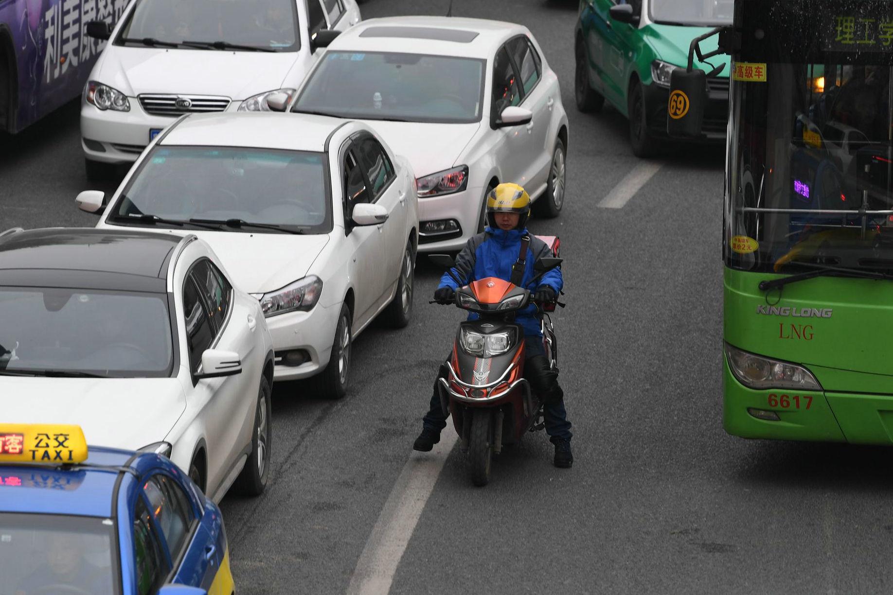 机动车�y`�K�>yJ���n�_图为电动车与机动车混行,抢占机动车道严重.