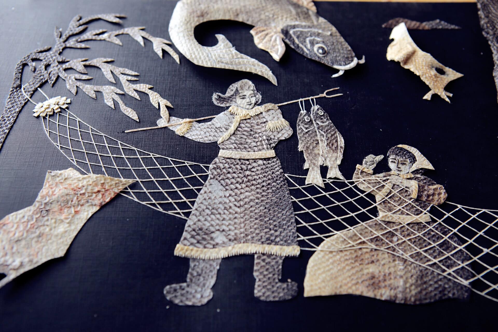 赫哲族在鱼皮方面衍生出很多旅游产品.