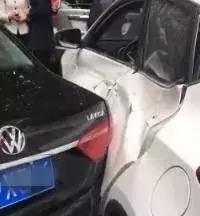四川车主倒车失误,转圈飞出隔离带致三车受损,图解倒车怎么开?