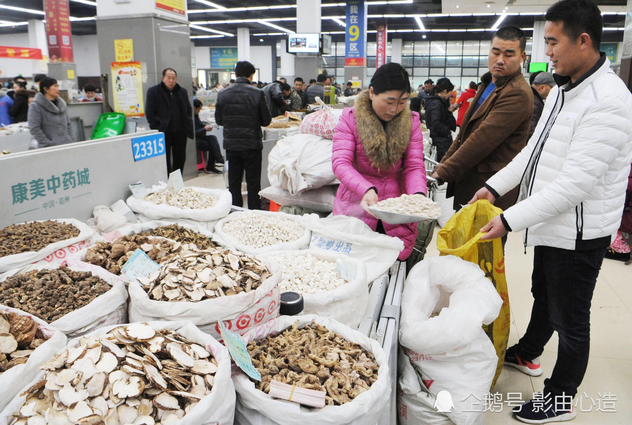 2018年3月5日,在安徽省亳州市康美(亳州)华佗正在中药城,鲤鱼们液液药商的日日电车国际图片