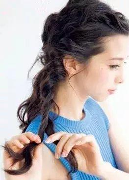 step  :头发自然的中分,将前额的头发取一小束向内向后扭转然后固定