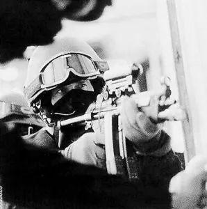 以色列产的这把枪,过了一个世纪仍受各界军迷战士们追捧!真酷!
