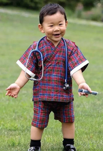 英国公主率性可爱,运动能力强,不丹王子1岁就参与外交