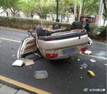 老司机开车撞树翻车 车上4位七旬老人受伤