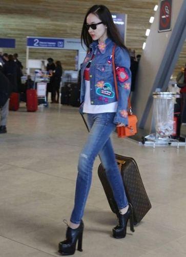 霍思燕带儿子嗯哼现身机场,却被她的裤子圈粉,网友:给我来一打