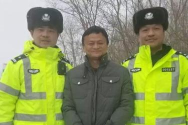 囧哥:马云合照交警画面怪怪的