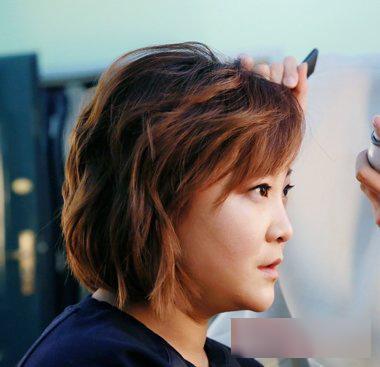 贾玲斜刘海蓬松短烫发发型 作为搞笑明星的贾玲,也是非常在意自己图片
