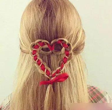 长头发的女生做编发,有彩带给头发做搭配,是不是显得发型立马就多了