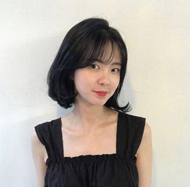 短直发变成蓬松优美的内扣卷发,与空气刘海搭配在一起,大脸女生轻松做图片