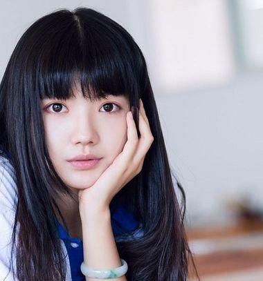 女生中长直发剪齐刘海造型图片