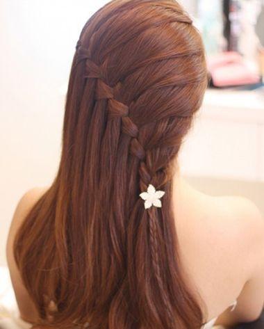 中长发侧编蜈蚣辫公主头发型,从上层将头发梳成斜梳的款式,直接编成编