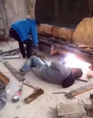 """男子花5年用13.8吨玉石雕刻鱼缸,完整还原""""西游记东海龙宫""""!"""