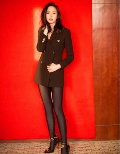 张钧甯黑色打底袜秀大长腿,说她这双腿超过江疏影,也没什么问题图片