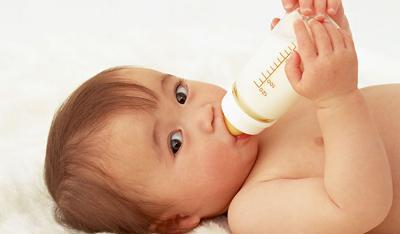 女人梦见给孩子喂母乳没奶水