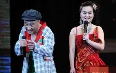师父赵本山迅速做出反应,停止赵四在公开场合的演出,回归刘老根大舞台图片