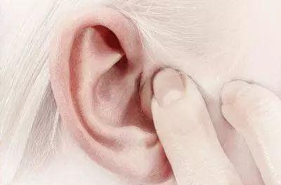 老是耳鸣怎么办?这个5节耳部操简单易上学,赶紧做起来!