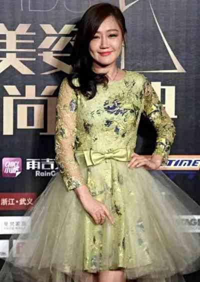 39岁薛佳凝穿蓬蓬裙嫩成18岁,网友大呼:胡歌不娶她亏大了!