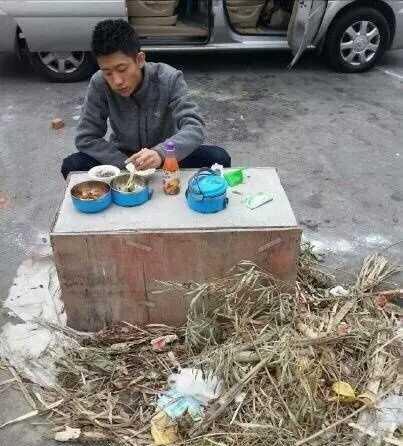 张一山在剧组垃圾旁边吃工作餐,敬业态度打脸小鲜肉