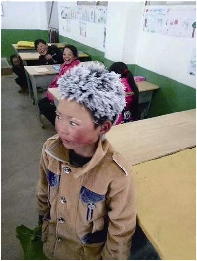 """近日,鲁甸县新街镇转山包小学三年级的""""冰花""""男孩顶着一头风霜站在图片"""