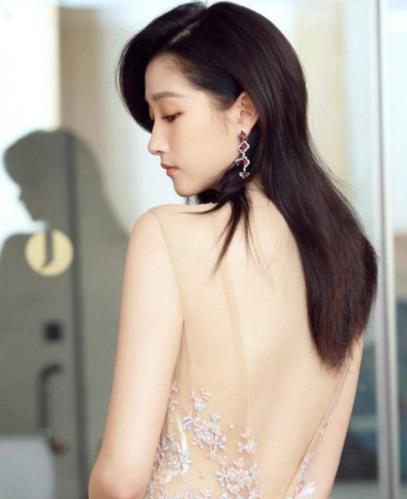 众女星穿露背装,热巴俏皮可爱,赵丽颖妩媚,关晓彤让人
