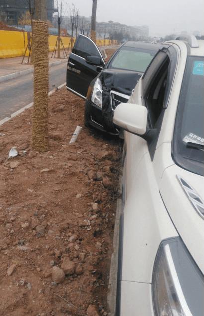 长城M4马路遭凯迪拉克ATS追尾, 车轮直接脱出, 车主一脸茫然