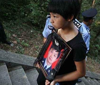 英雄民警胡钦春追悼会,五千人悼念,12岁女儿捧遗像流泪喊爸爸!