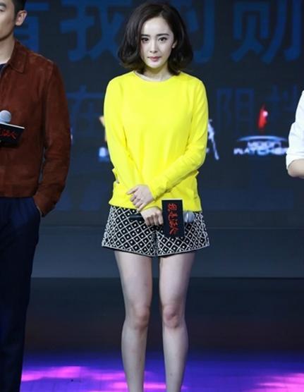 杨幂黄色照_同样是穿黄色毛衣,杨幂气质好,赵丽颖确实是农村姑娘!