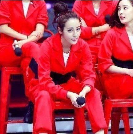 王丽坤坐姿被称课本, 热巴坐姿很爷儿们, 网友称: 就服赵丽颖