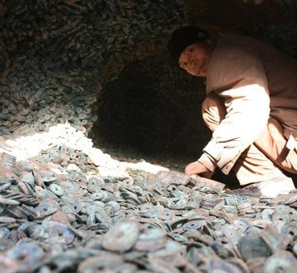 男子误入峡谷,发现一个怪山洞,里面的东西让他马上报警!