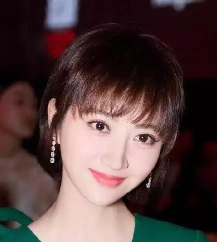 脸超小的景甜换上了微卷的小短发真是越发可爱了,搭配暖色系的秋冬发
