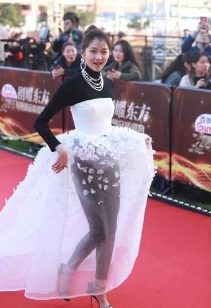 关晓彤回应红毯造型 黑丝配白裙真的违和感爆棚