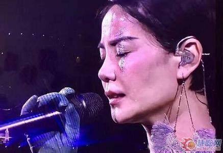 为什么很多歌手上台唱歌戴耳机呢?耳机里面放的是什么?