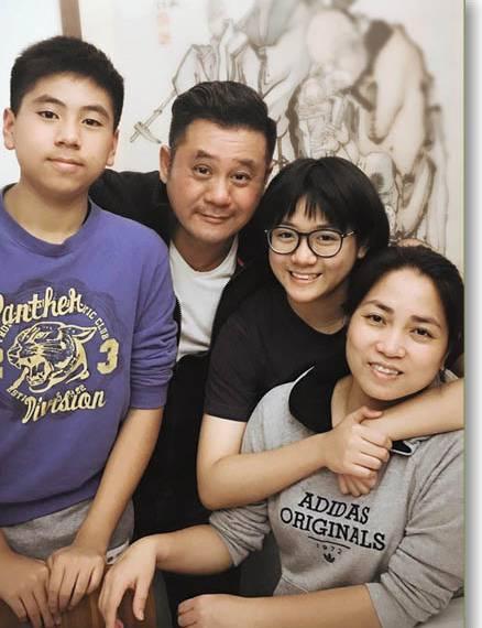 他是郭富城的同班同学,多年不红,,现逆袭成亿万富翁!
