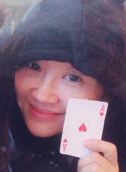 49岁许晴与年轻女员工合影,看她嘟嘴卖萌竟一点都不违和