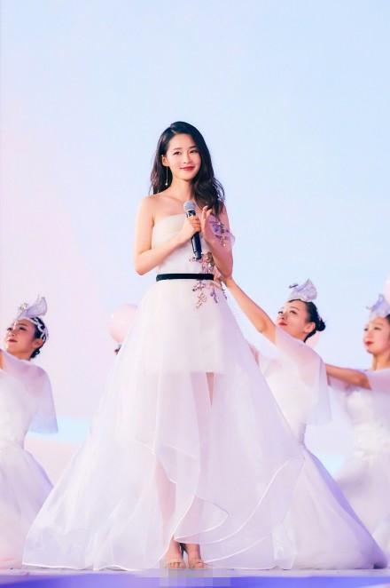 李沁的透明白雪公主,带着一堆小朋友,实在是温馨极了,不过李沁看起来