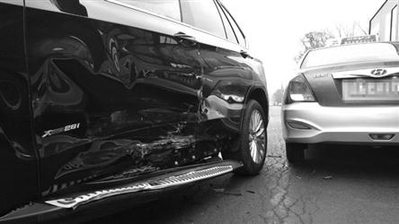 沈阳:刚买几天的宝马车路口与出租车相撞