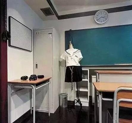 服装店里边摆设-情趣酒店里面的每间客房风格都不一样,这间是仿照教室布置的,苍井
