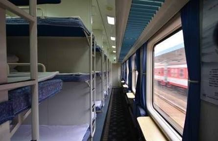 情侣在火车上卧铺睡觉,半夜美女感觉不对劲,一转身吓的大叫!