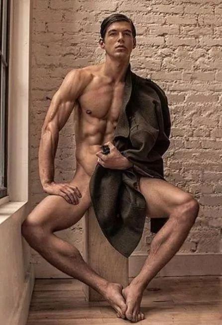 49岁的邓文迪和21岁的小鲜肉帅哥模特好上后,彻底放飞了自己...
