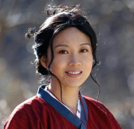 一张大妈脸,闫妮35岁演大妈,45岁却变少女,她如何实现逆生长?