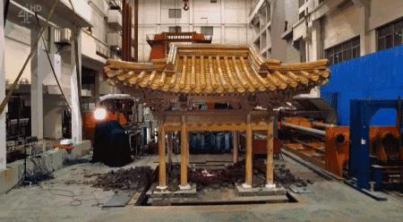"""但是榫卯和斗拱 组成的建筑结构, 在短暂的晃动之后, 依然""""毫发无损"""""""